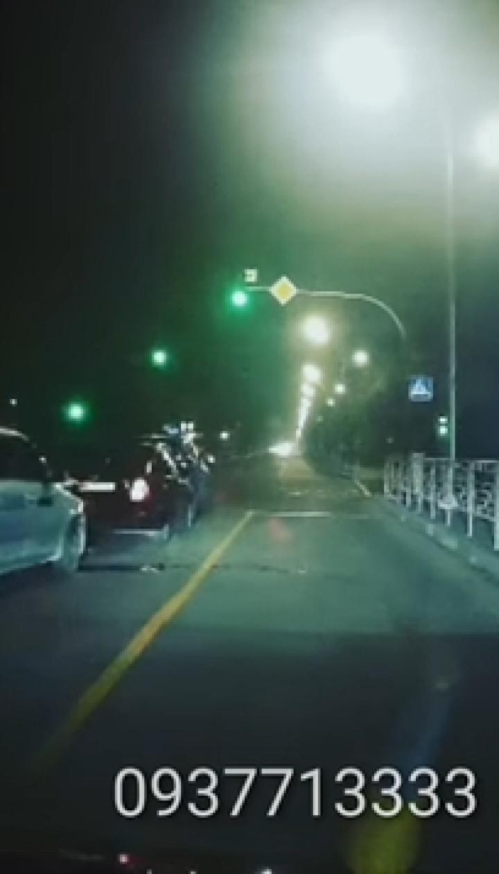 Пьяные маневры таксиста в Киеве закончились масштабной аварией. Видео
