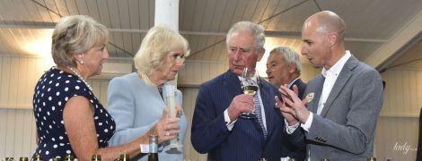 Ошатні і вже з келихами в руках: принц Чарльз і герцогиня Камілла відвідали дегустацію у своєму королівському турі