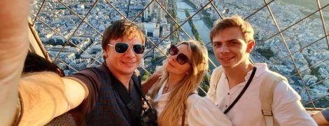 Дмитро Комаров показав молодших брата і сестру в їхній день народження