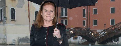 Вся в черном и ботинках с золотыми каблуками: герцогиня Йоркская приехала в Венецию