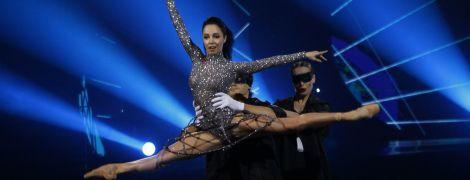 Полупрозрачное платье и блестящее боди с юбкой-каркасом: два эффектных образа Екатерины Кухар на шоу