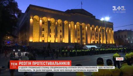 Сотні спецпризначенців намагалися відтіснити протестувальників під грузинським парламентом