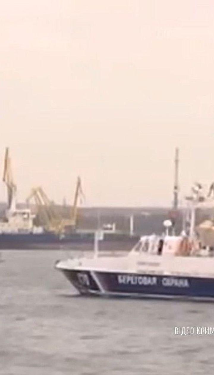 Росіяни вивели з ладу кораблі, захоплені у Керченській протоці. До України судна тягнуть буксири