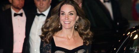 В роскошном платье от Alexander McQueen: герцогиня Кембриджская с принцем Уильямом сходили в театр