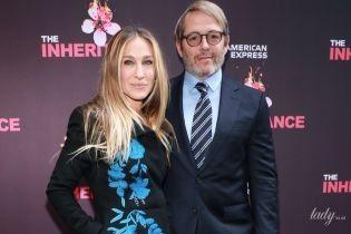 В пальто с яркой вышивкой: Сара Джессика Паркер с мужем сходила на Бродвей