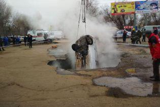 В России машина с людьми провалилась в яму с кипятком. Есть погибшие