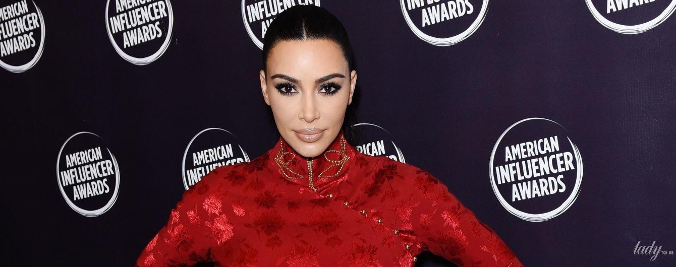 В винтажном платье с цветочным принтом: Ким Кардашьян на церемонии American Influencer Awards