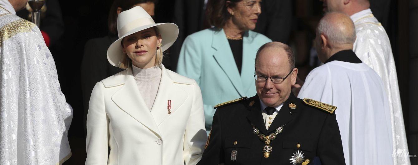 Вся в белом и шляпе в тон: княгиня Шарлин в сопровождении князя Альбера II на праздничных мероприятиях в Монако