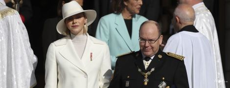 Вся в білому і капелюсі за тоном: княгиня Шарлін у супроводі князя Альбера II на святкових заходах у Монако
