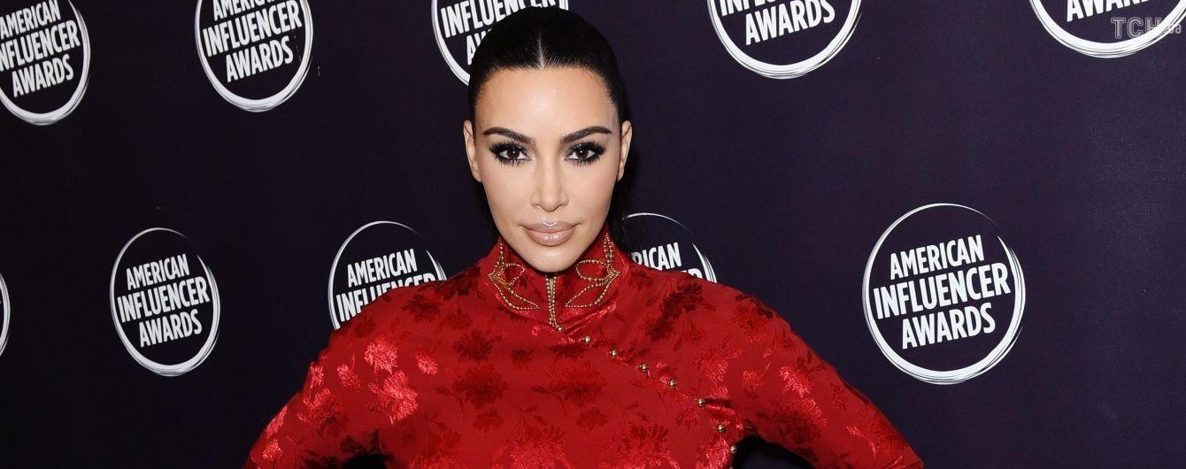 Фигуристая Ким Кардашян подчеркнула формы красной винтажной платьем