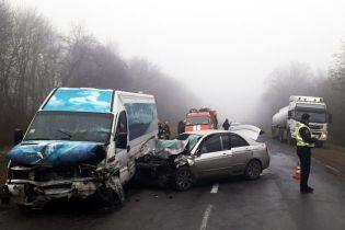 На Хмельнитчине маршрутка столкнулась с легковушкой, есть погибшие и травмированные