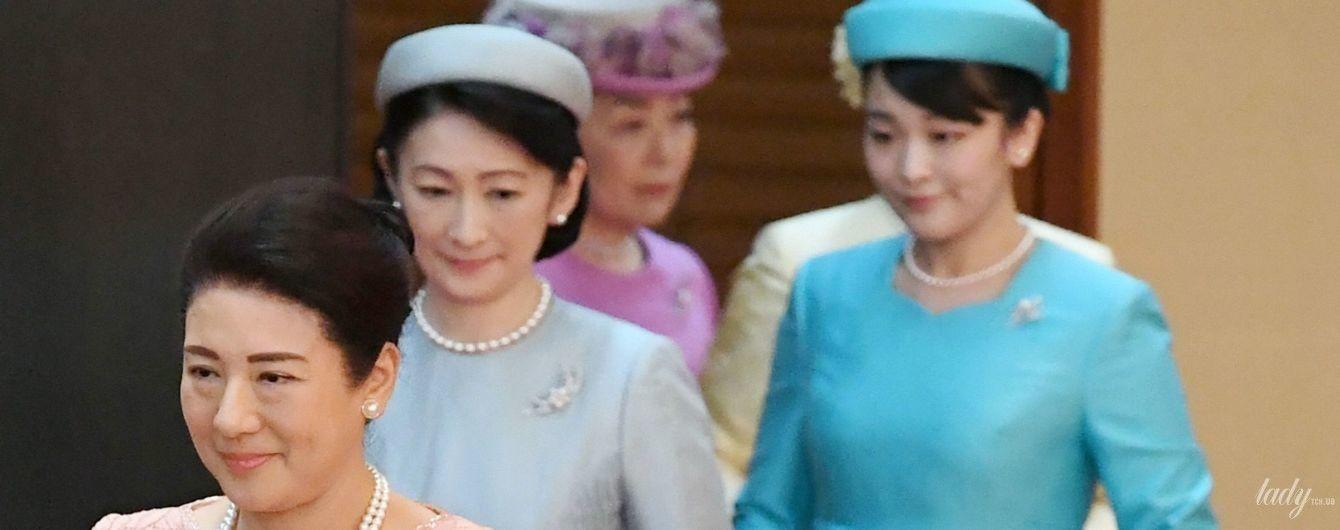 В елегантних сукнях і з перловими прикрасами: імператриця Масако, принцеси Кіко та Мако на бенкеті