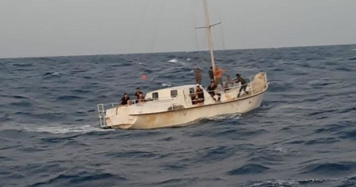 Біля берегів Італії спіймали яхту з 74 нелегальними мігрантами. Серед затриманих українці