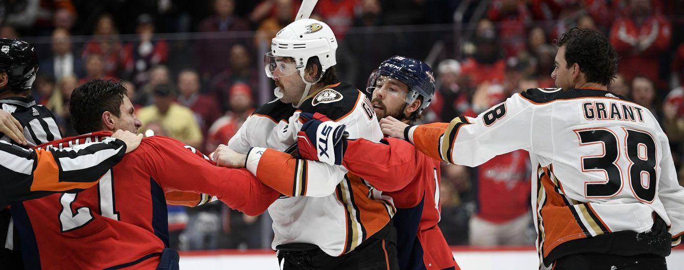 Американський хокеїст плюнув у суперника під час бійки в матчі НХЛ
