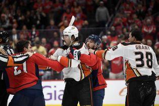 Американский хоккеист плюнул в соперника во время драки в матче НХЛ
