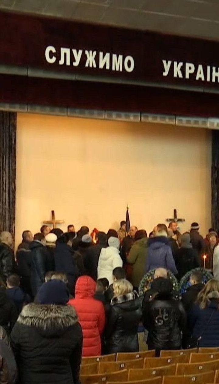 Сотні людей з квітами прийшли попрощатися з саперами, які загинули від вибухів у Балаклії