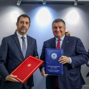 Аваков подписал договор на покупку у Франции 20 сверхсовременных катеров для пограничников
