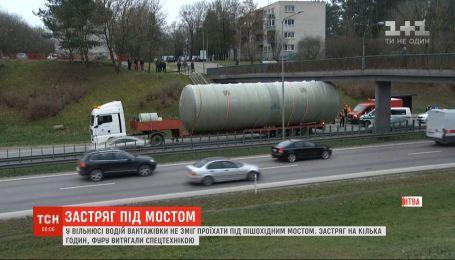 На одной из самых оживленных дорог в Вильнюсе грузовик застрял под пешеходным мостом