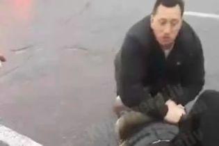У Києві водія вдарили ножем під час дорожнього конфлікту