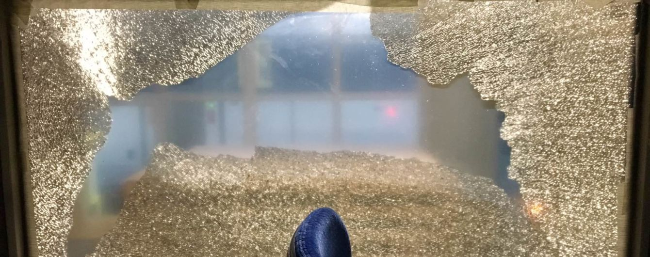 На Київщині вандали закидали камінням пасажирський потяг