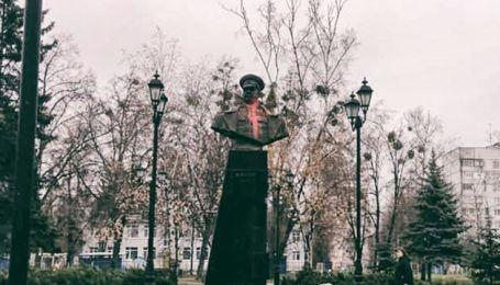 У Харкові погруддя Жукова облили червоною фарбою