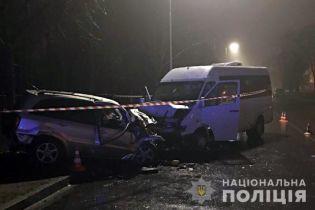 В Киеве в ДТП микроавтобуса и легковушки погибли два человека, еще 8 ппали в больницу