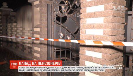 Злоумышленники, которые едва не истязали супругов-пенсионеров, разыскивают на Буковине