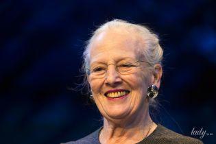 В элегантном костюме и с массивными серьгами: 79-летняя королева Маргрете II сходила в театр