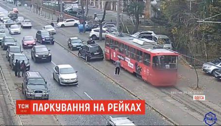 Очередная героиня парковки: в Одессе водительница заблокировала движение трамваям