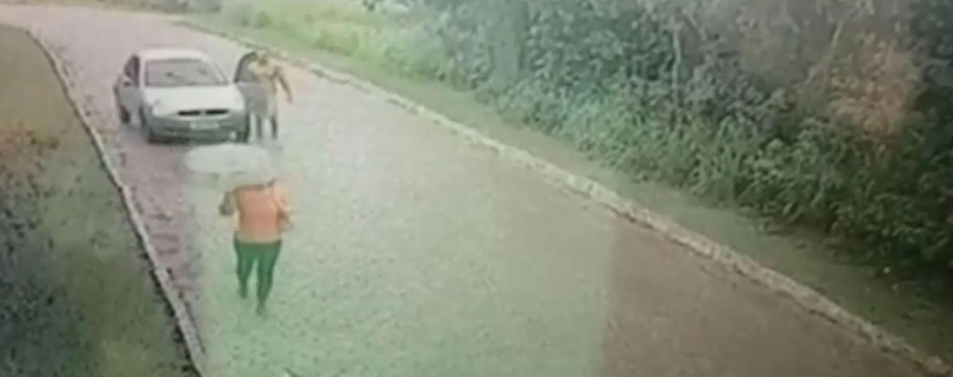 Камери зафільмували зухвалий напад голого бразильця на жінку