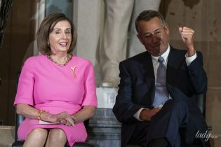 Яркая и красивая: спикер палаты представителей США надела розовое платье на мероприятие в Капитолии