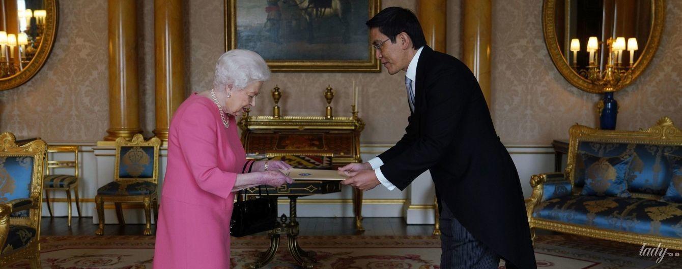 Працює і в своє свято: королева Єлизавета II прибула на зустріч в рожевій сукні