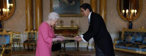 Работает и в свой праздник: королева Елизавета II прибыла на встречу в розовом платье