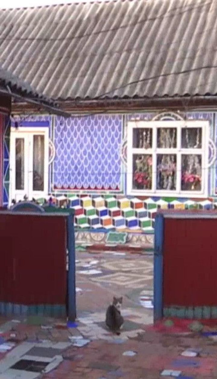 85-річна бабуся на Прикарпатті перетворила своє обійстя на барвистий музей просто неба