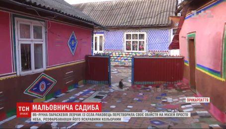 85-летняя бабушка на Прикарпатье превратила свой двор в красочный музей под открытым небом