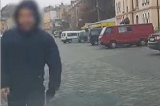 В Черновцах парень пробежался по машине патрульных для видео. Теперь его будут судить за хулиганство