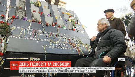 """На Майдане Независимости люди собирают вече под лозунгом """"У нас есть достоинство"""""""