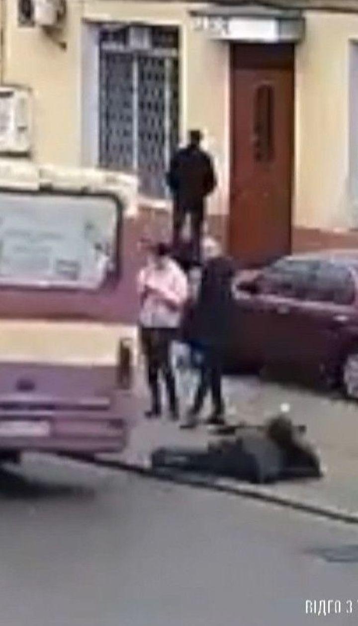 Жінку з травмами шпиталізували в Одесі після падіння із маршрутки під час руху