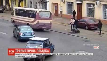 В Одессе женщина получила травму головы, когда выпала на ходу из маршрутки