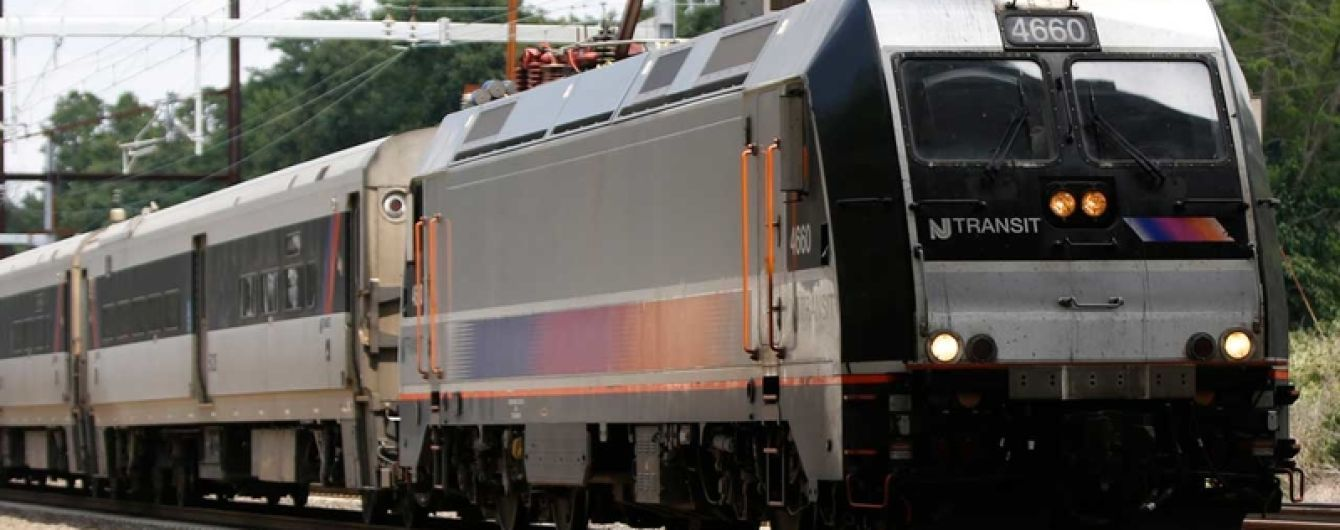 В Америке поезд смел машину, которую пьяный водитель оставил на путях. Видео