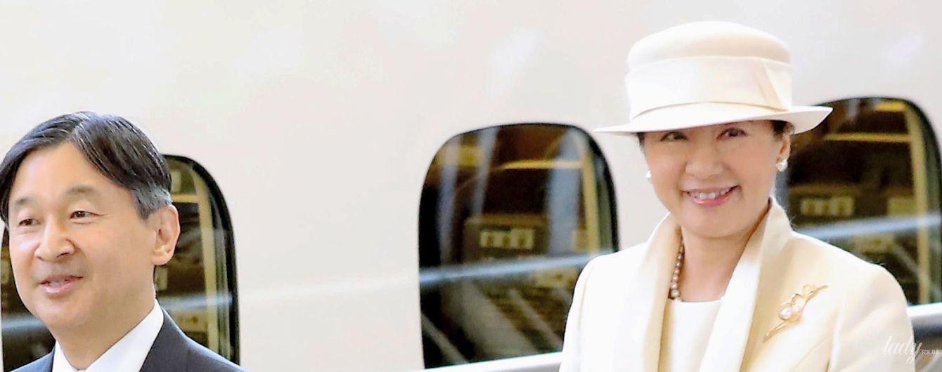 Во всем белом: японская императрица Масако на железнодорожной станции