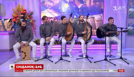 """Группа """"Шпилясті кобзарі"""" перепели песню Святослава Вакарчука """"Не твоя війна"""""""