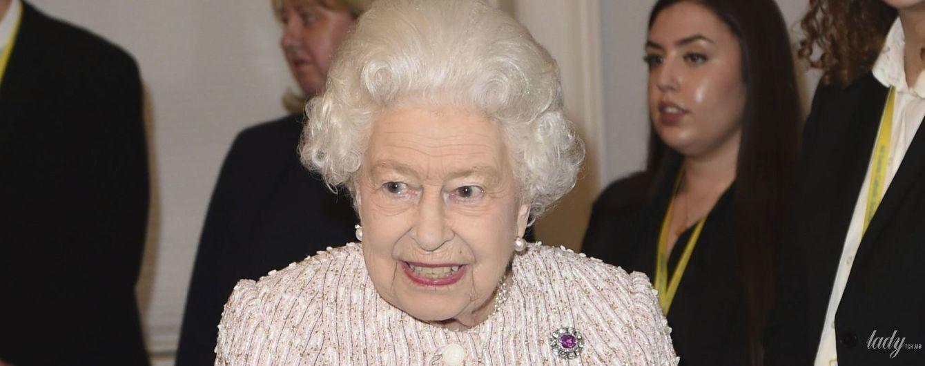 Має бездоганний вигляд: королева Єлизавета II в пастельно-рожевому костюмі прибула на захід