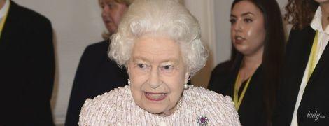 Выглядит безупречно: королева Елизавета II в пастельно-розовом костюме прибыла на мероприятие