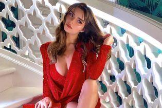 Lady in red: игривая Деми Роуз похвасталась сексуальным луком