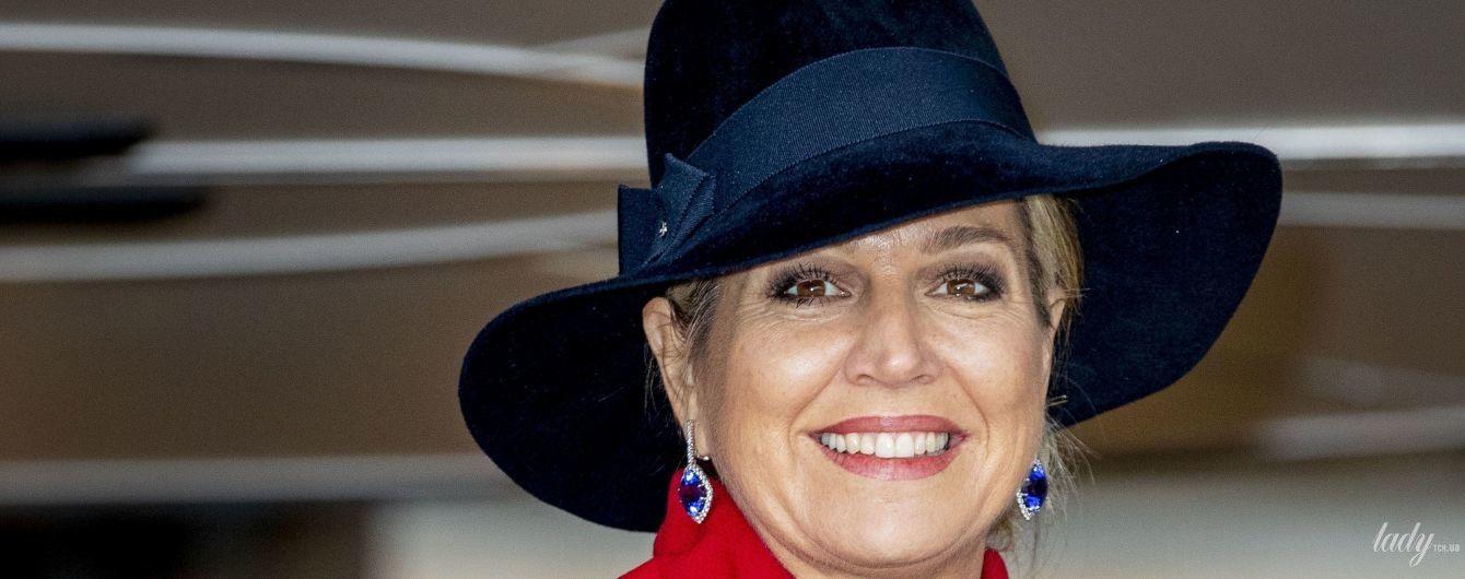 В червоному пальті та красивій сукні: ефектний вихід нідерландської королеви Максими