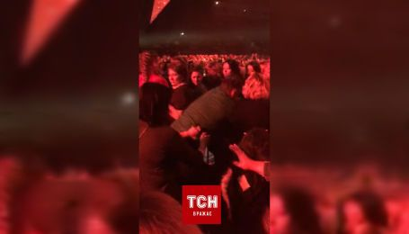 На концерті Олега Винника побилися фанатки за місце поближче до сцени