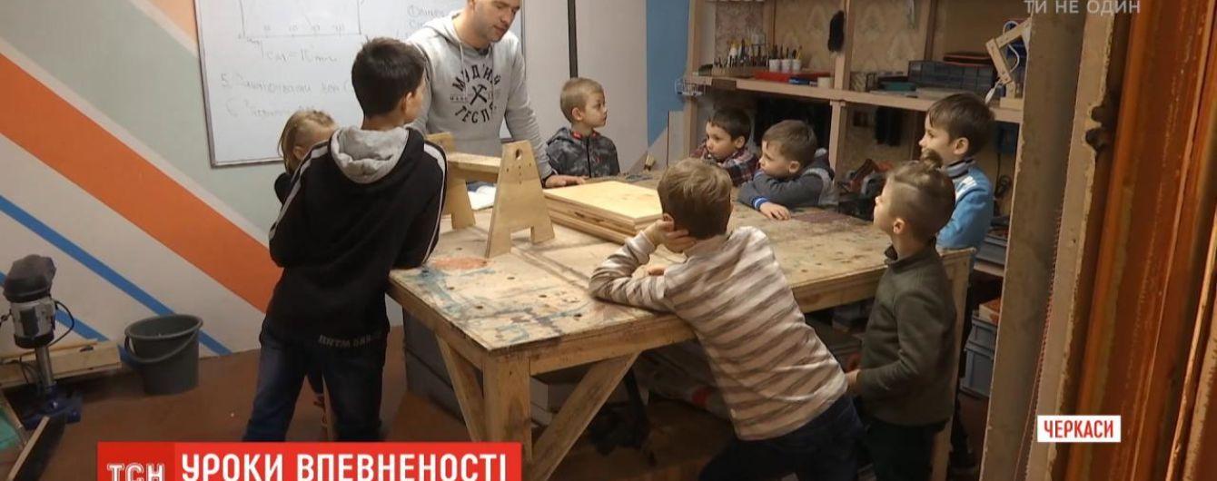 Переселенец из Луганщины учит теслярству мальчиков, которые растут без отца