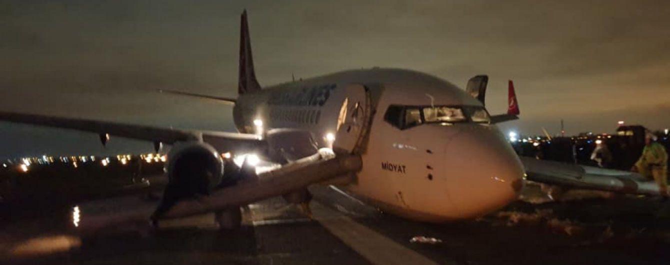 На аэродроме Одессы до сих пор заблокированы взлетные полосы, пассажиров вывозят в Херсон и Киев