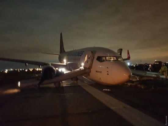 На летовищі Одеси досі заблоковані злітні смуги, пасажирів вивозять до Херсона і Києва